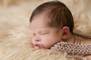 תינוק ישן בנינוחות