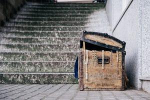 מדרגות שמובילות למטמון