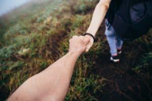 ידיים מחזיקות וכמעט עוזבות